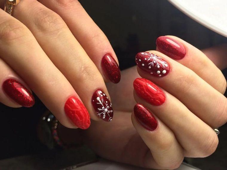 color-rojo-brillo-unas-invierno-estilo