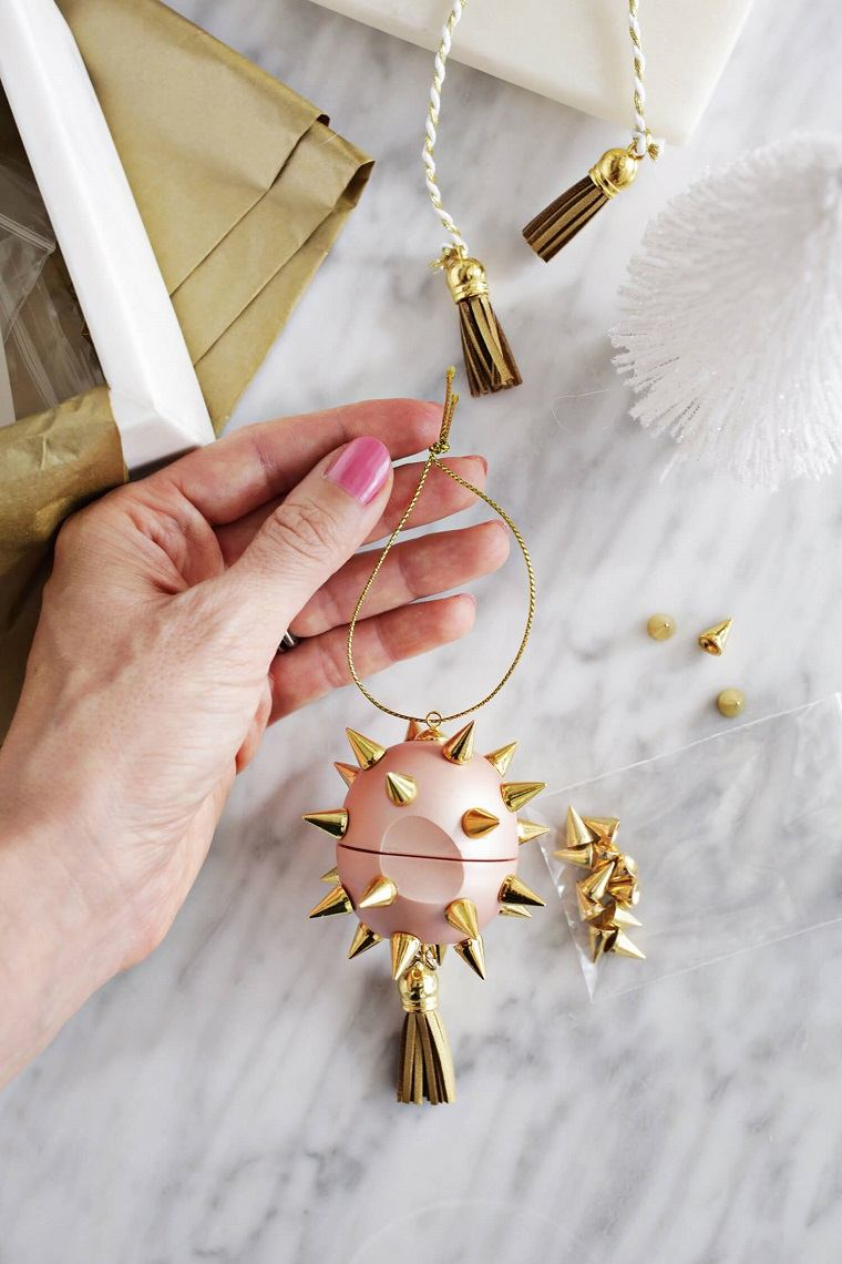 como decorar un árbol de navidad-adorno-balsamo-bello
