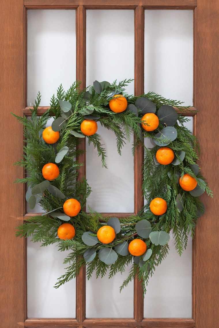 como-hacer-una-corona-de-navidad-natural-decorar-puerta