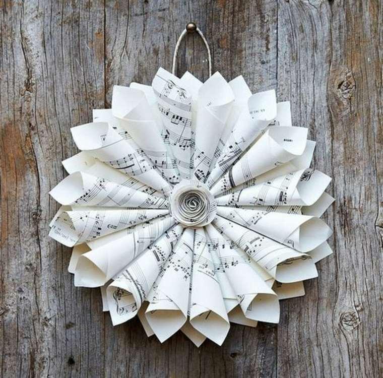 Corona de Navidad hecha de partituras