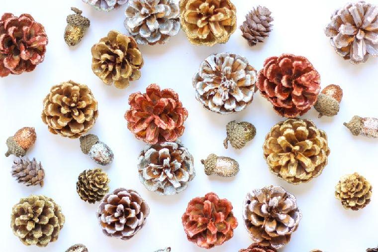 diy-corona-navidad-pinas-brillo-metalico-ideas