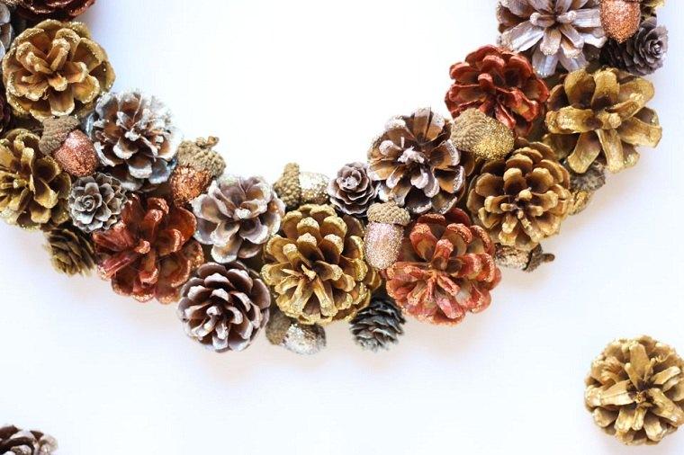 diy-corona-navidad-pinas-brillo-metalico