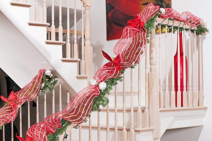 escaleras-decoradas-cintas-navideñas