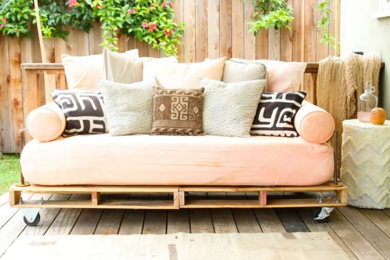 Zona de estilo chill out decorada con muebles de pallet