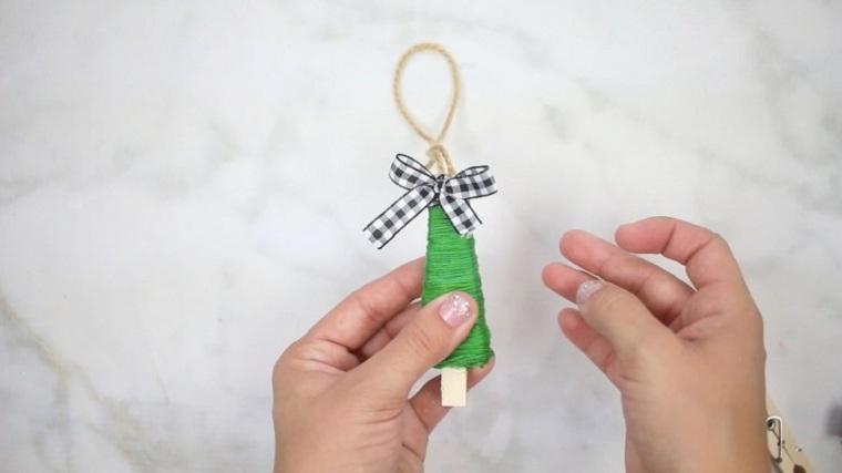 manualidades-de-navidad-faciles-de-hacer-adornos-arboles-pinzas-hilo-verde
