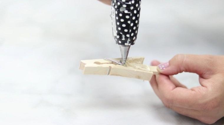 manualidades-de-navidad-faciles-de-hacer-adornos-arboles-pinzas-pegadas