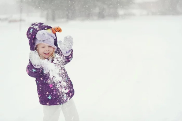 niño-jugando-con-la-nieve