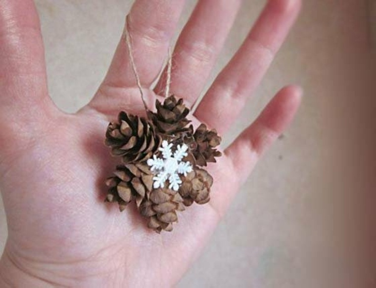 Adorno de Navidad Diy hecho de piñas de pino