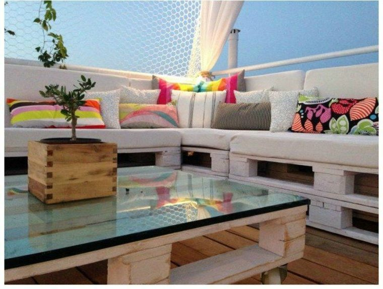 Zona chill out con muebles de madera reciclada