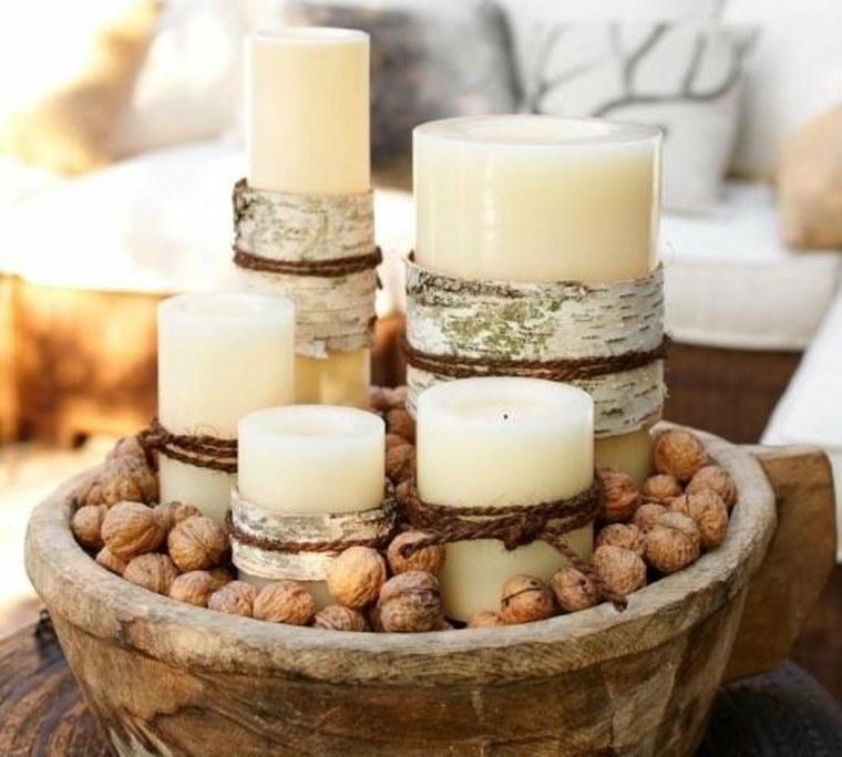 Centro de mesa navideño con velas y nueces