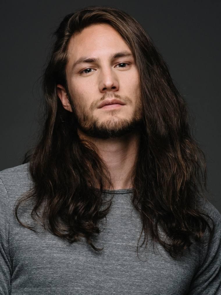 cabello-largo-liso-hombre-opciones-estilo