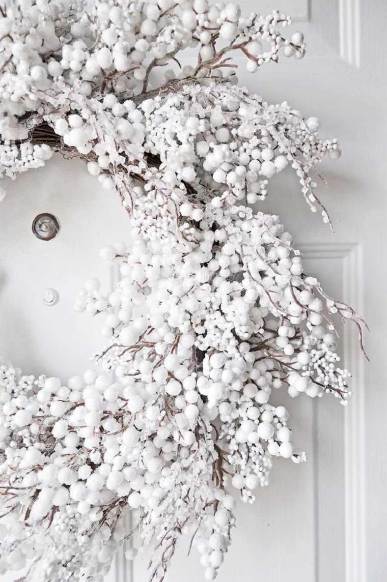 decoracoion-blanco-puerta-casa-navidad