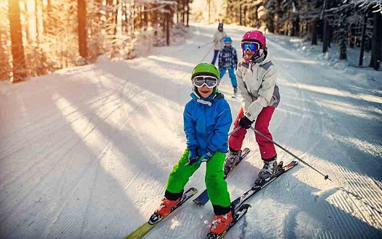 esquiar-con-ninos-ideas-vaciones-invierno-entretenimiento