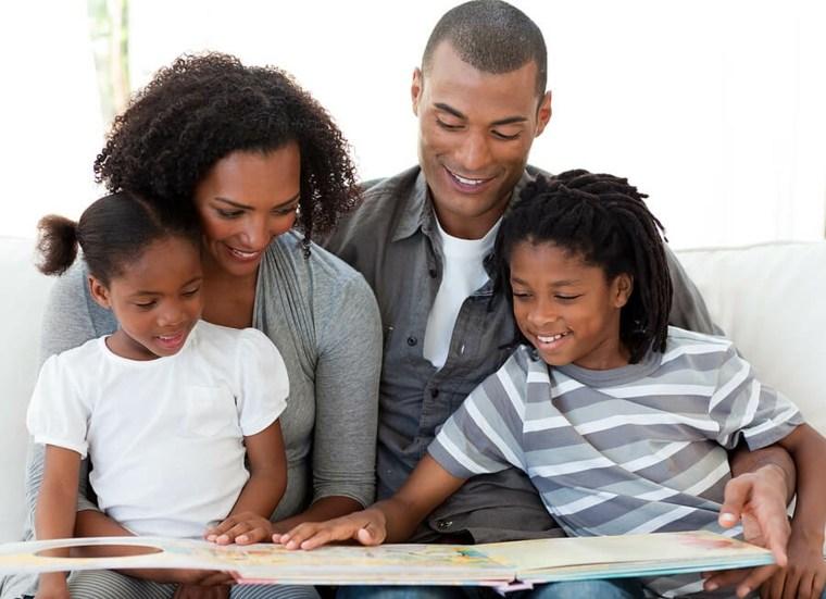 familia-leyendo-juntos