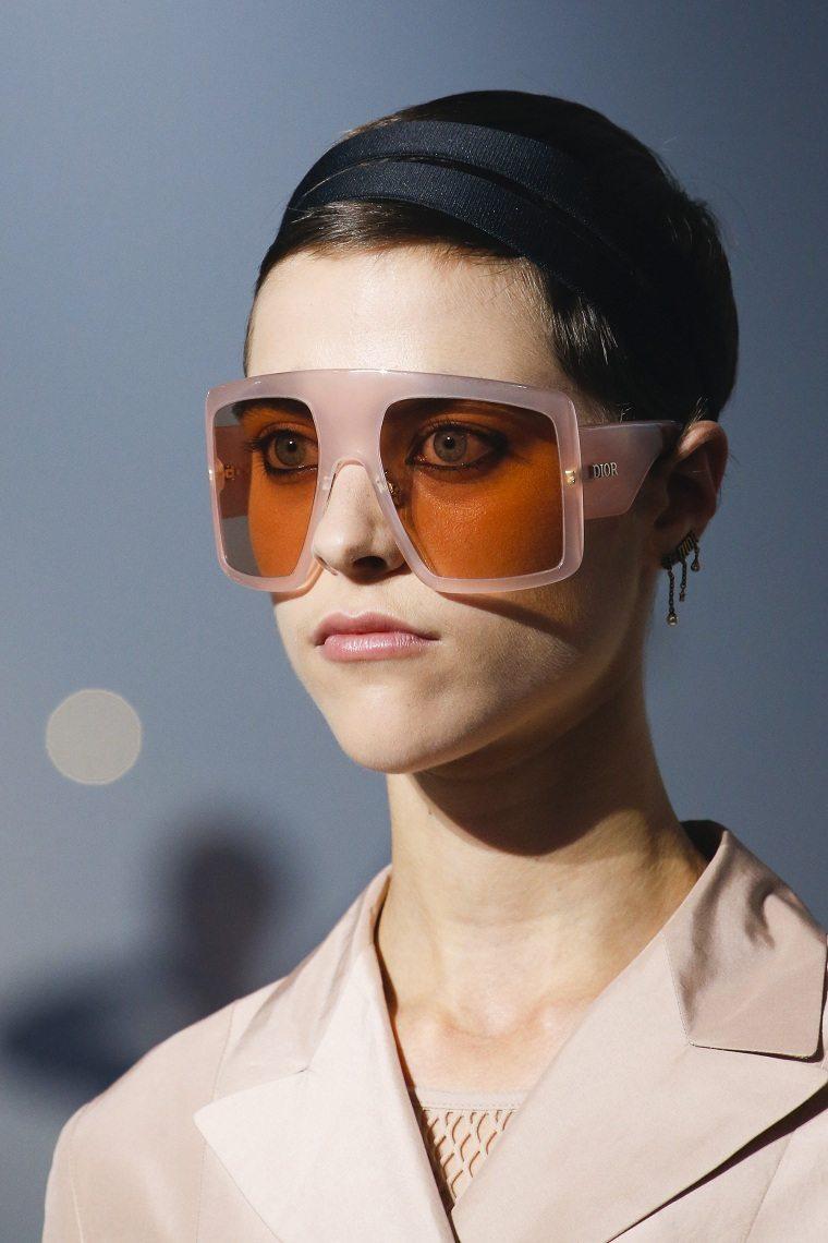 View in gallery gafas-sol-lentes-grandes-cuadrados Tendencias gafas 2019 –  Lo mejor de las pasarelas de moda ... 83b6e7c28768