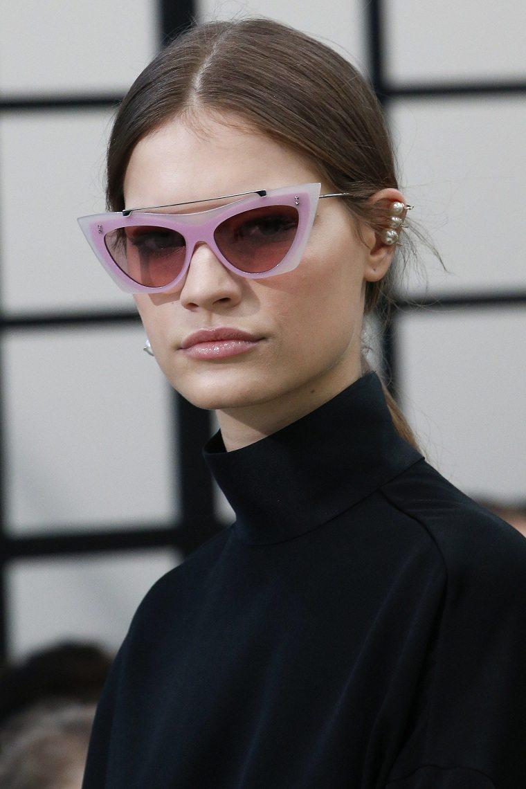 View in gallery gafas-sol-valentino-forma-triangular Tendencias gafas 2019  – Lo mejor de las pasarelas de moda ... 843aa4100779