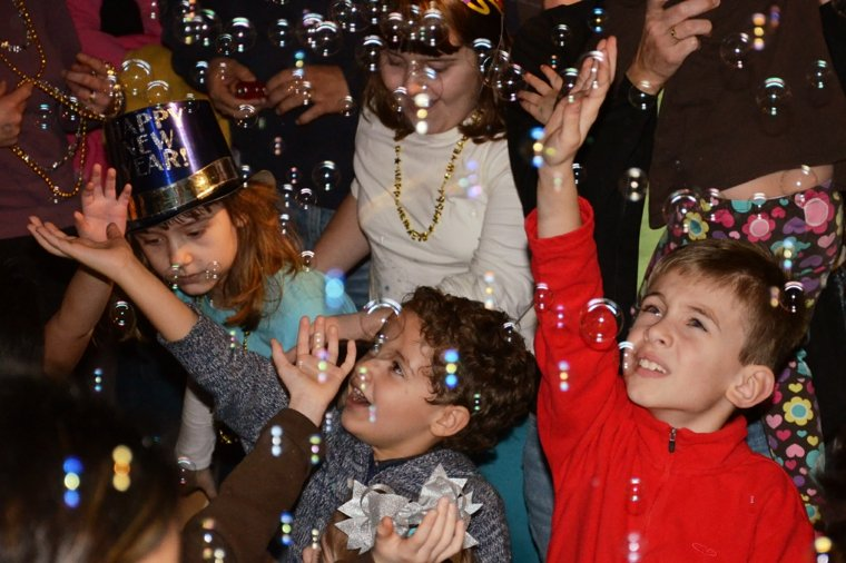 niños-celebrando-con-burbujas