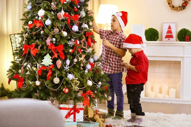 niños-decorando-árbol