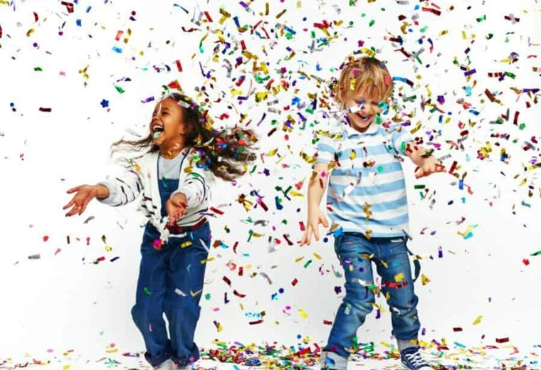 niños-jugando-con-confeti