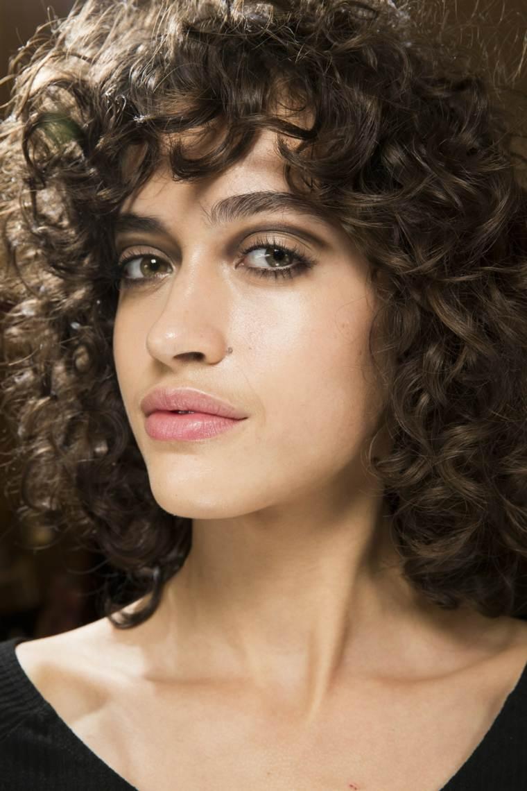 cabello-corto-rizado-alanna-arrington-modelo