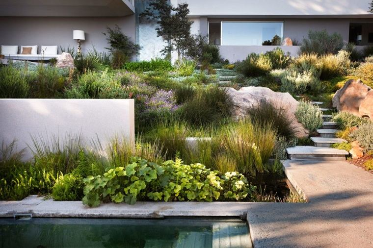 camino-losas-agua-jardin