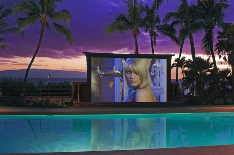 cine-en-casa-al-lado-de-la-piscina