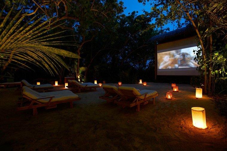 cine-en-casa-en-jardín-de-noche