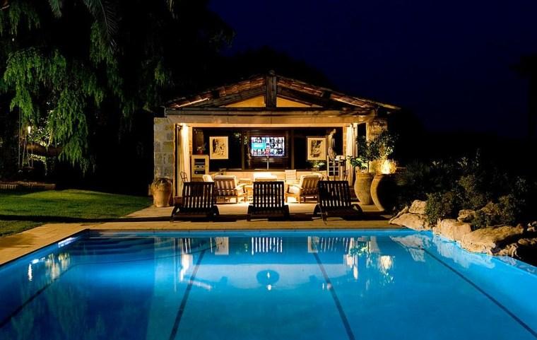 cine-en-casa-junto-a-la-piscina