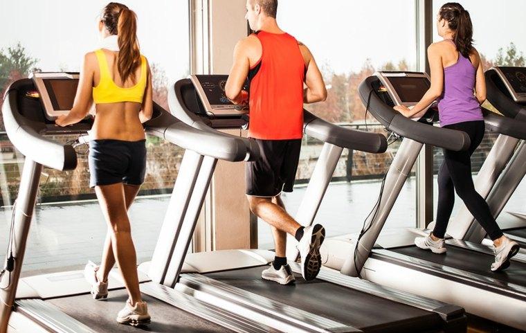 cinta de correr en-el-gimnasio