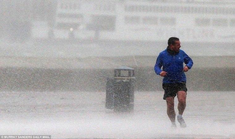 corriendo-bajo-la-lluvia