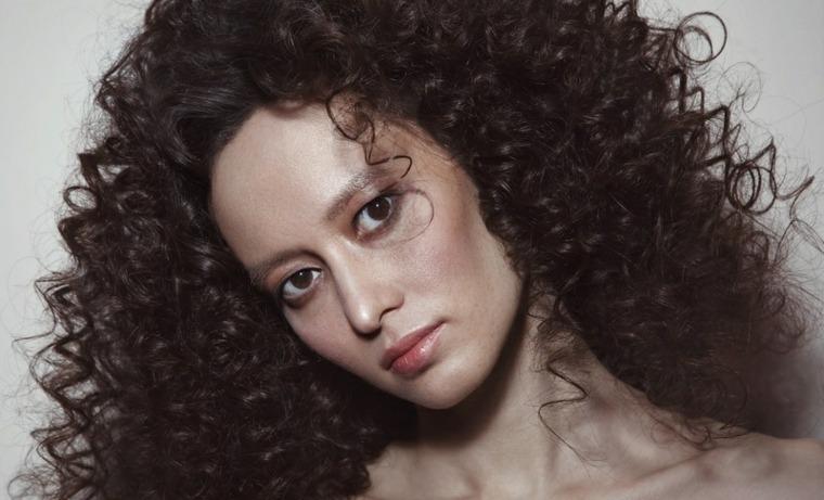 cortes-de-pelo-mujer-2019-cabello-rizos-pequenos
