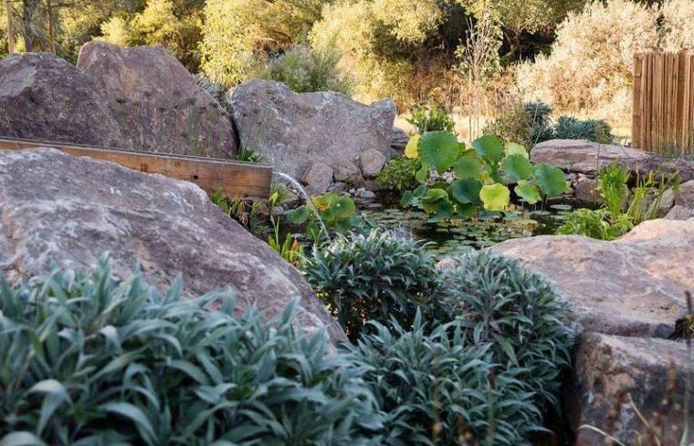 fuente de agua en el jardín