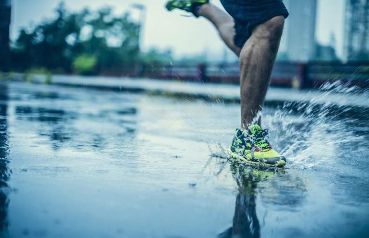 hombre-corriendo-en-la-lluvia