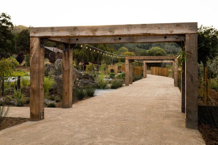 jardin con pergola de madera