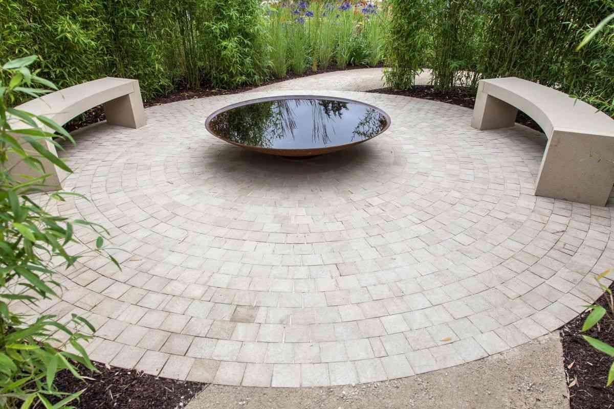 lugar con agua en el jardín