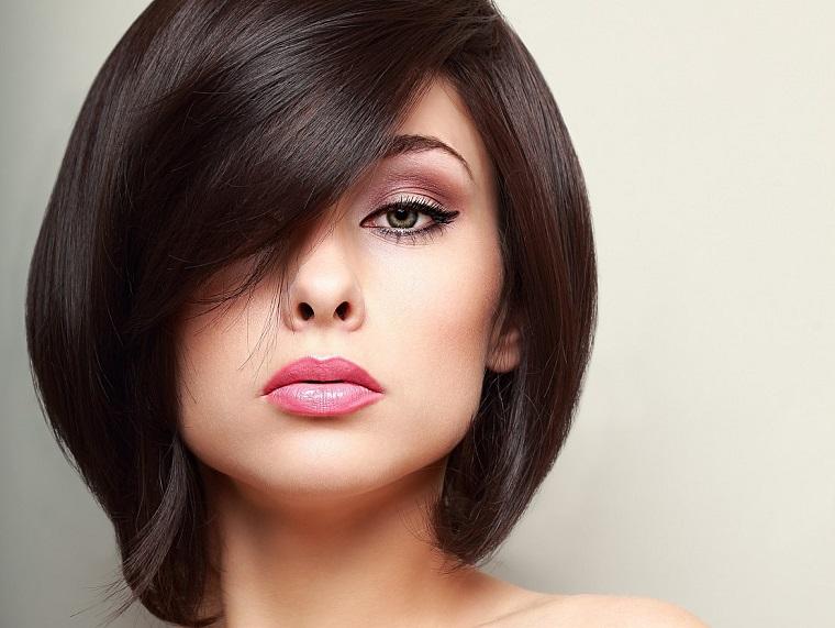 mujer-cabello-negro-corto-estilo-2019