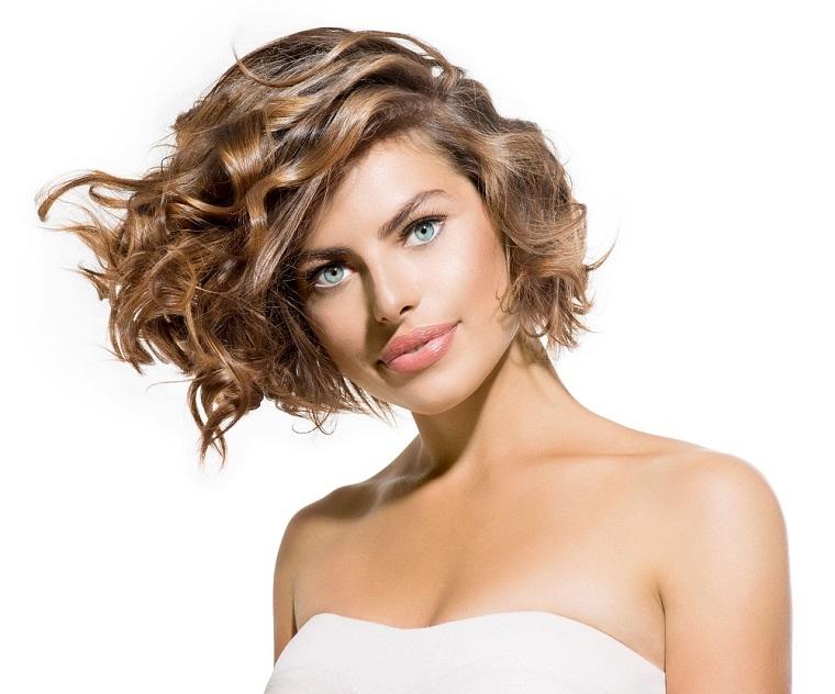 mujer-estilo-cabello-rizos-2019-corto-