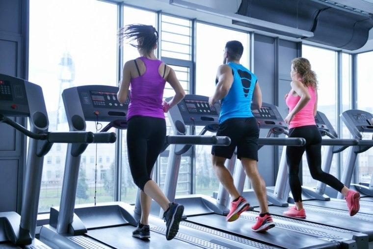 mujeres-corriendo-en-cintas-de-correr