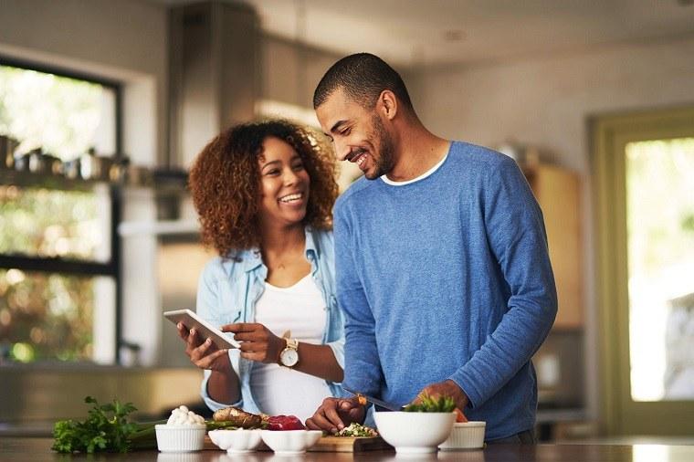 parejas cocinando en casa