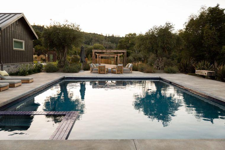 piscina  y lugar de descanso