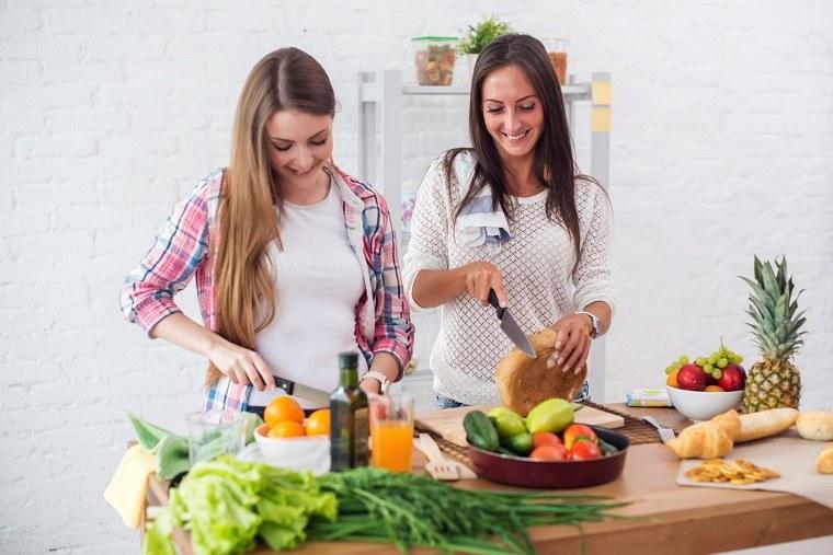 parejas en la cocina