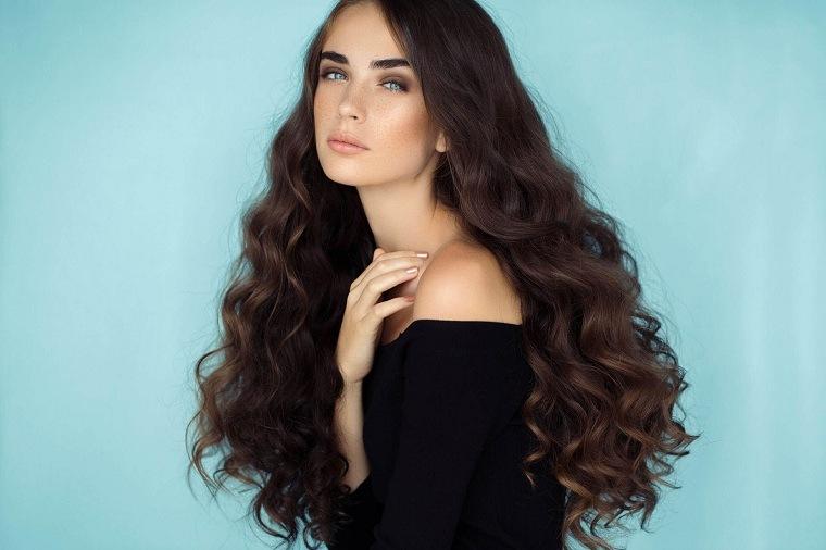 cabello-largo-color-oscuro-rizado