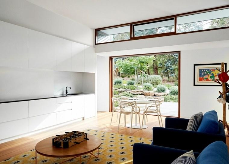 Un ventanal enorme que ofrece vistas impresionantes hacia el jardín