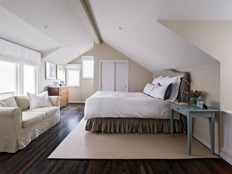 dormitorio en el ático al estilo clásico