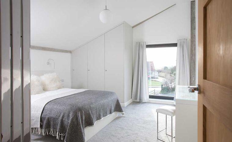 dormitorio con paredes blancas
