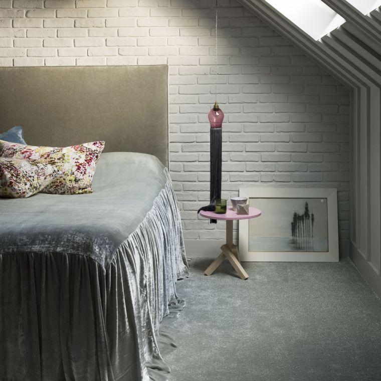 dormitorio con pared de ladrillo