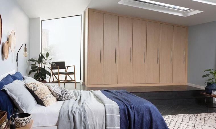 dormitorio con ventanas en el techo