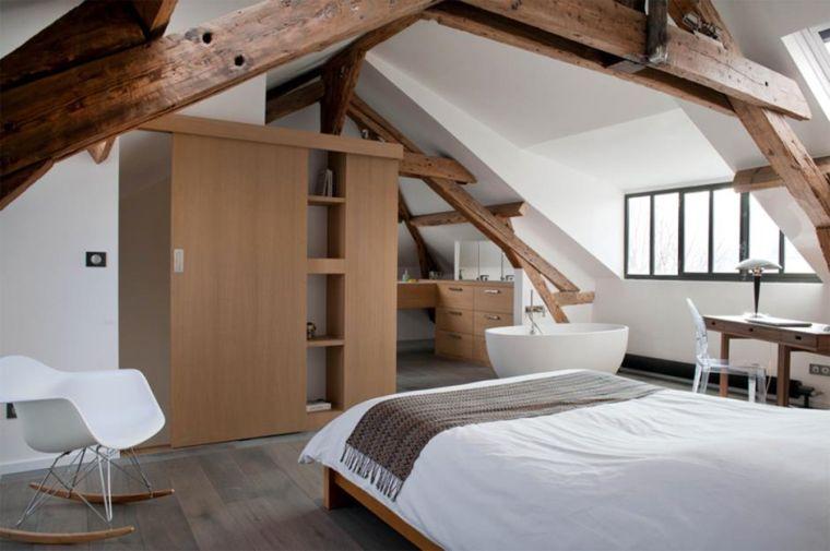 dormitorio con vigas de madera