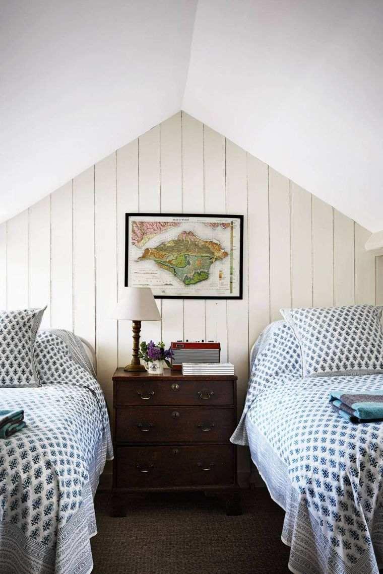 dormitorio con dos camas en el ático