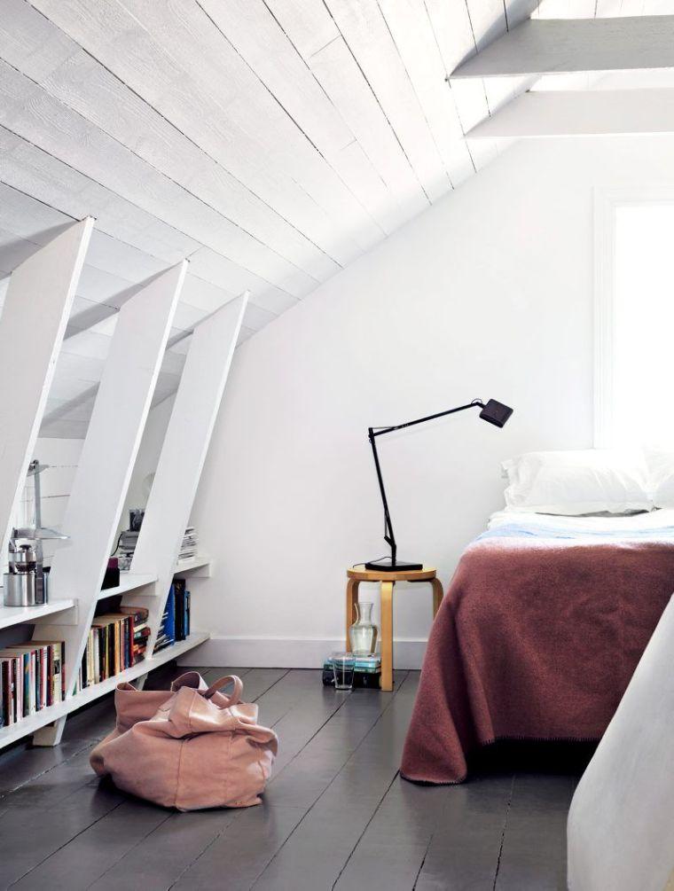 dormitorio con estantes para libros